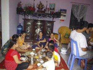 1er matin dans Vietnam Ngan-Khieu-repas-familial-300x224