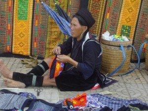 Un ptit tour chez les H'Mongs dans photos brodeuse3-300x224