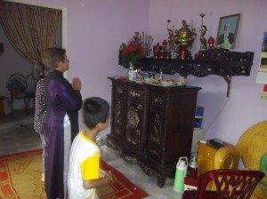 la nuit la plus longue dans La mort nk-priere-autel-papa-300x224